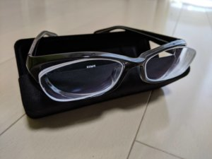 新しい黒縁メガネ
